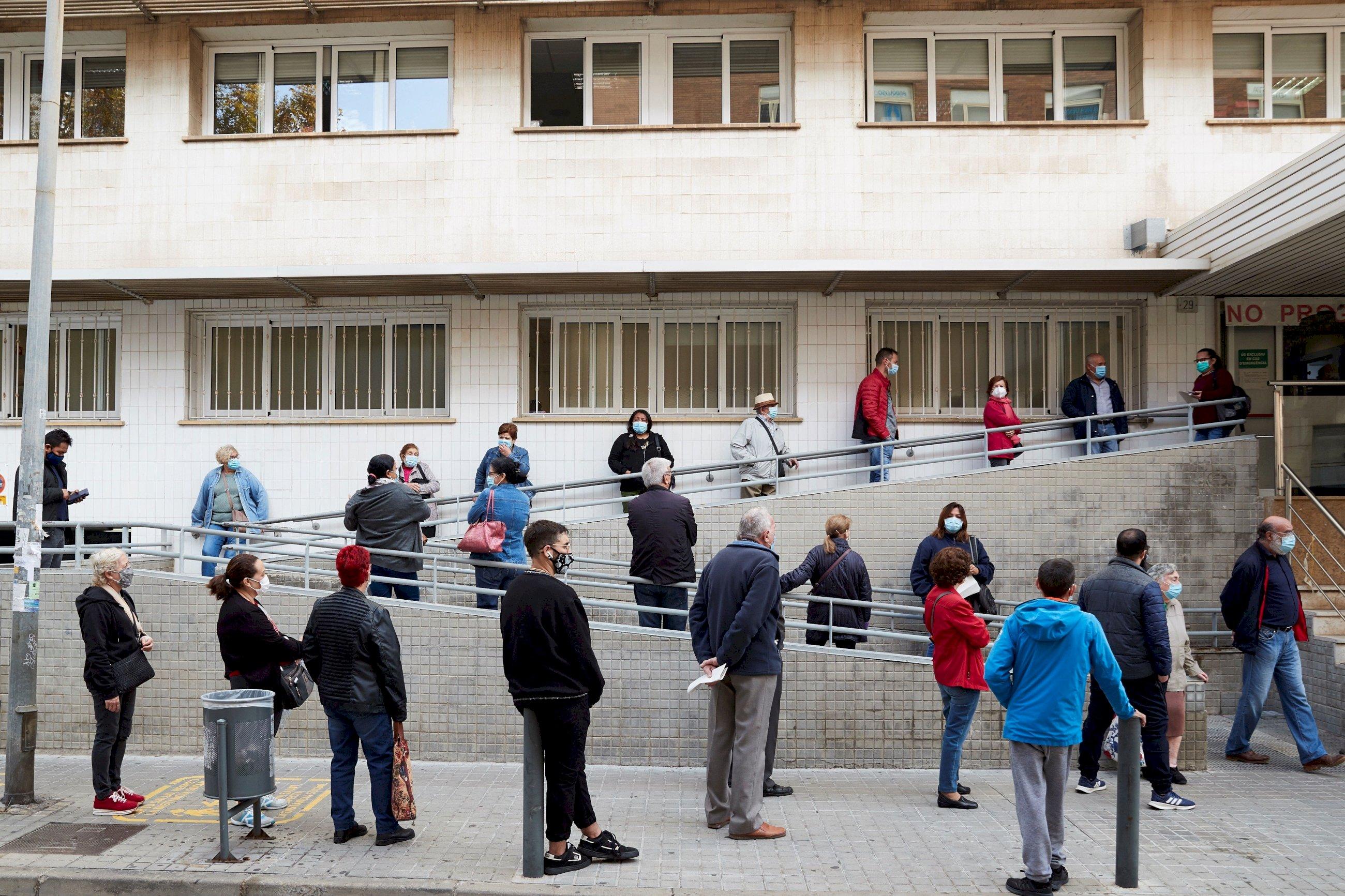 Entrada del Centro de Atención Primaria (CAP) Just Oliveras de L'Hospitalet (Barcelona) la semana pasada. Pese a las colas, la mayoría de las consultas médicas se resuelven por teléfono. /EFE/Alejandro García