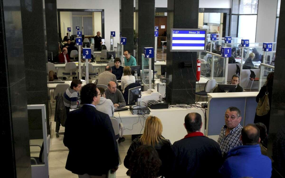 En la imagen, una oficina de la Agencia Tributaria en Oviedo. EFE/ José Luis Cereijido