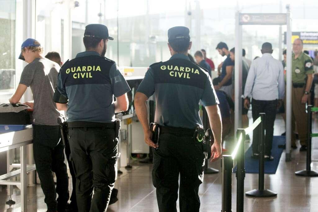 Agentes de la Guardia Civil custodian los accesos a las puertas de embarque en el Aeropuerto de Barcelona-El Prat. | EFE