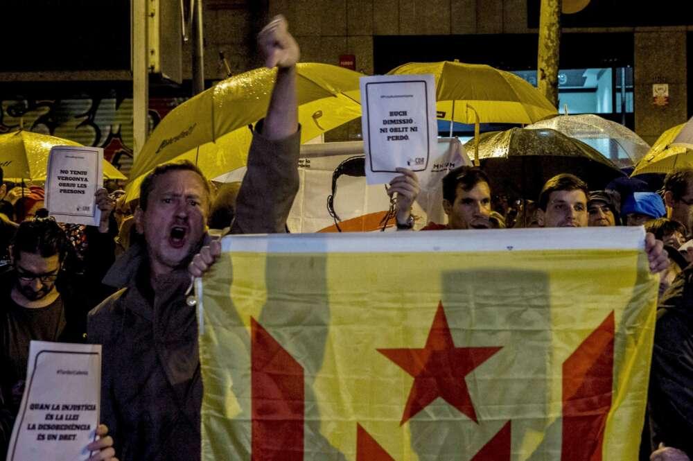 Miembros de los CDR concentrados frente a la sede de ERC, en la calle Calàbria de Barcelona. EFE/Quique Garcia