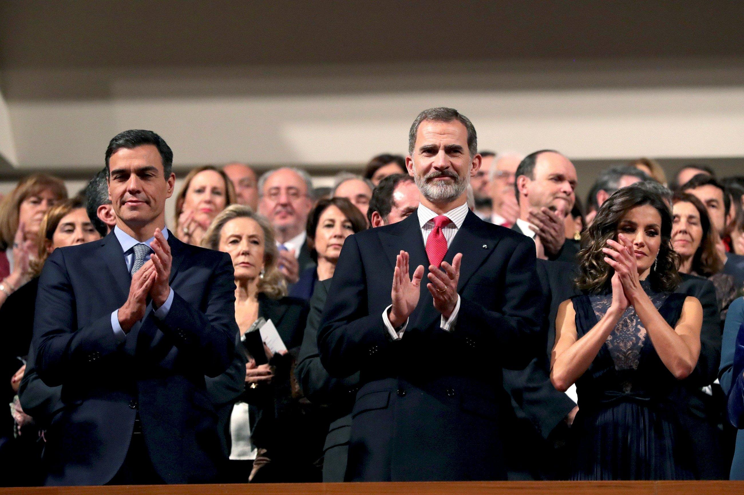 Los reyes Felipe y Letizia junto al presidente del Gobierno, Pedro Sánchez, al inicio del concierto conmemorativo del 40 aniversario de la Constitución que se celebró en el Auditorio Nacional de Madrid, el 5 de diciembre. Foto: EFE/JJM