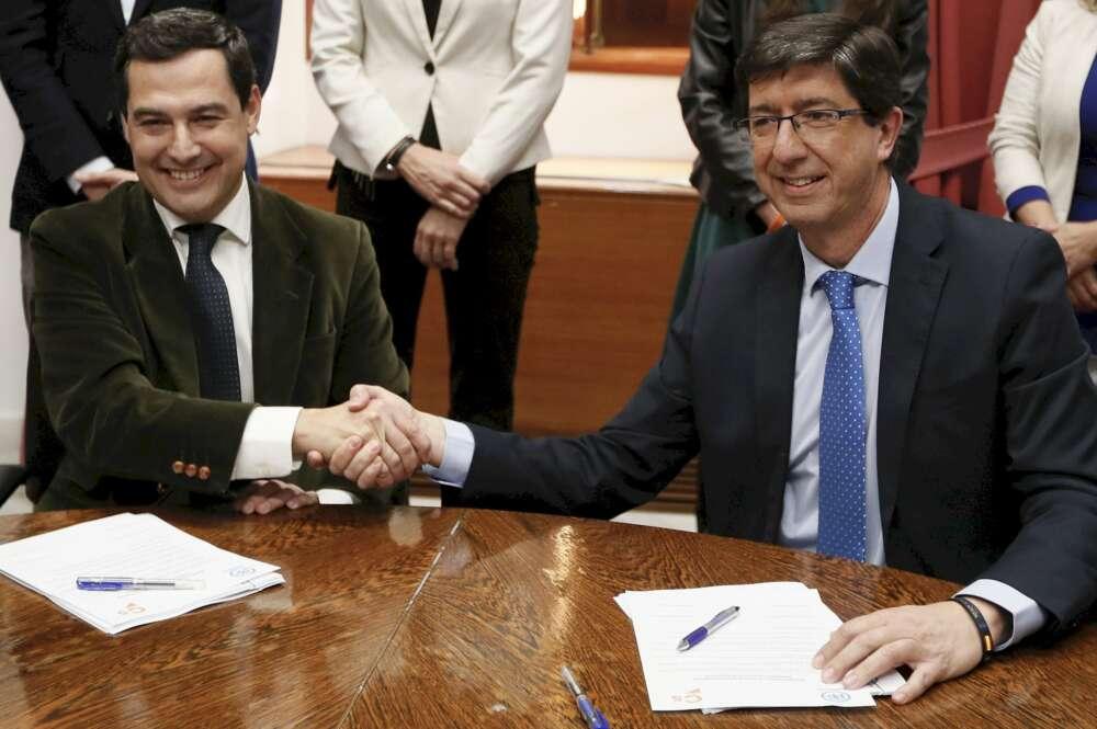 Los líderes andaluces de PP y Cs, Juan Manuel Moreno (izquierda) y Juan Marín, durante la reunión en la que sellaron el acuerdo de gobierno. EFE/José Manuel Vidal