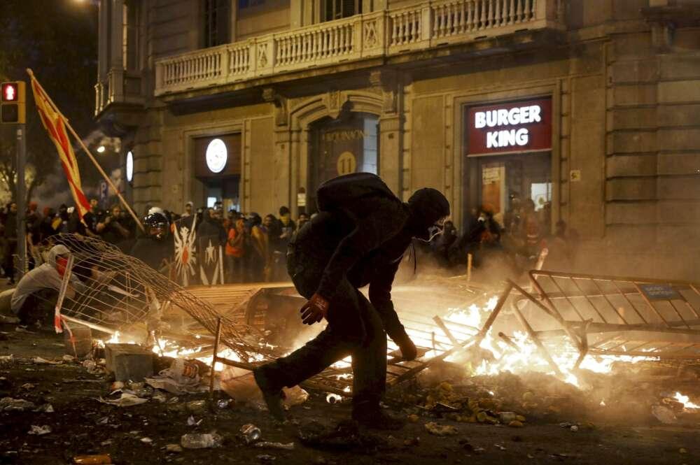 Un manifestante durante los disturbios del viernes 18 de octubre en Barcelona. Foto: Andreu Dalmau (EFE)