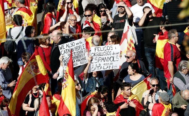 """Miles de personas se manifiestan en Barcelona para decir """"basta"""" al procés. Foto: EFE"""