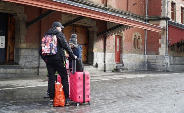 Dos turistas delante de la Estación Central de Ámsterdam este 18 de octubre de 2020, después de puesto en marcha el confinamiento parcial en Países Bajos | EFE/IR/Archivo