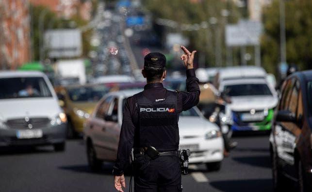 Un agente de la Policía Nacional en un control para vigilar el cumplimiento de las restricciones a la movilidad impuestas por el estado de alarma en Madrid | EFE/RJ/Archivo