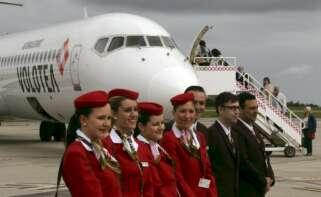 Los tripulantes de cabina de avión de Volotea en el Aeropuerto de Asturias.