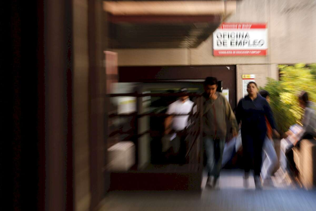 Un grupo de personas acude a la Oficina del INEM en el complejo de Azca, en Madrid. EFE/J.C. Hidalgo