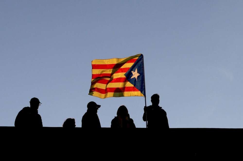 Varios vecinos ondean una bandera independentista en Barcelona | EFE/Archivo