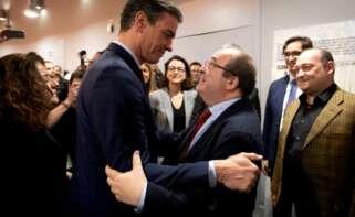 El presidente del Gobierno, Pedro Sánchez, saluda al secretario general del PSC, Miquel Iceta, antes de una reunión en Barcelona el 6 de febrero de 2020 | EFE/EF/Archivo