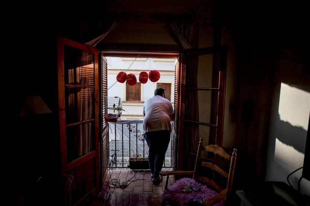 Un vecino de Cádiz permanece en su balcón durante el confinamiento general de la población por el estado de alarma. EFE/Román Ríos