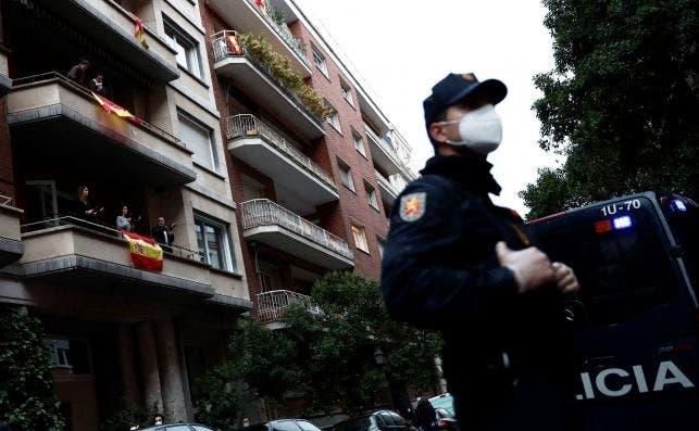 Policías vigilan el confinamiento de los vecinos del barrio madrileño de Salamanca durante el estado de alarma. EFE/Mariscal