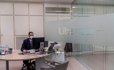 El director de la oficina central de Liberbank en Santander, Carlos De la Fuente, en las oficinas del banco. Foto: Efe