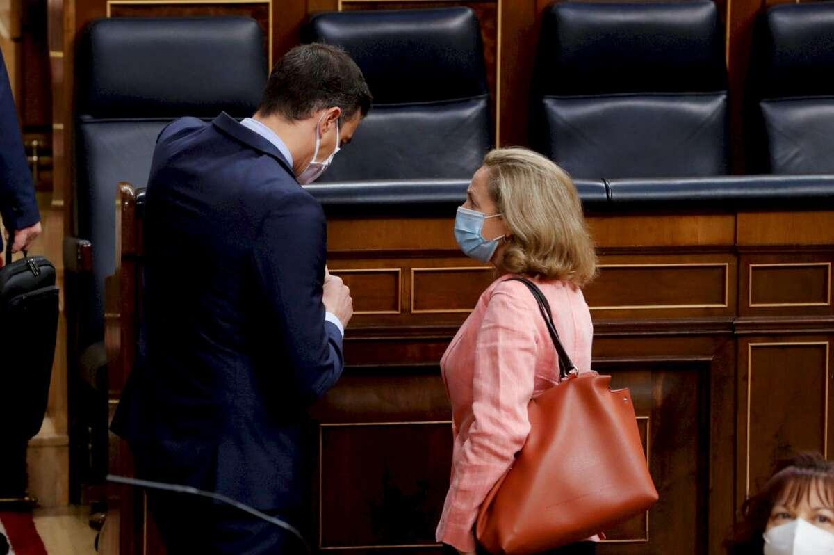 Pedro Sánchez y Nadia Calviño, vicepresidenta económica, conversan en el Congreso de los Diputados. La ejecución de los fondos europeos va lenta. /EFE/ Ballesteros