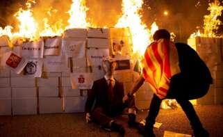 Los CDR queman un retrato del Rey Felipe VI en la Diada del 11 de septiembre de 2020, en Barcelona | EFE/EF/Archivo