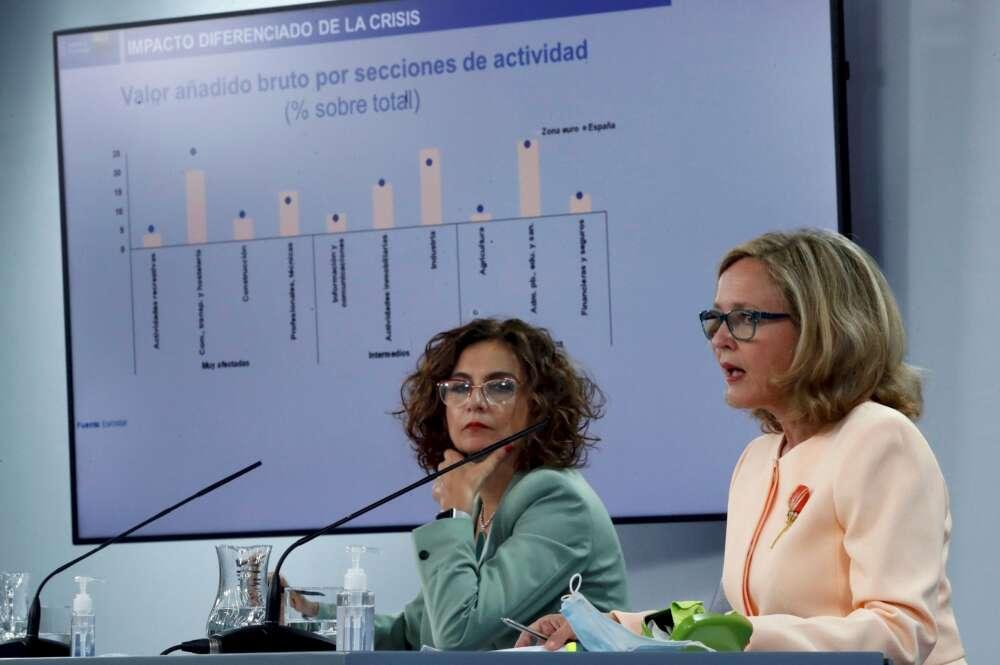 La ministra de Hacienda y Función Pública, María Jesús Montero (i), y la vicepresidenta primera, Nadia Calviño (d), comparecen en rueda de prensa. EFE/ Juan Carlos Hidalgo