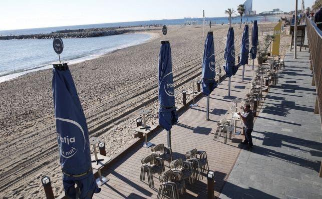 La terraza de un bar de la playa de Barcelona, cerrada. La medida costará 780 millones al sector. EFE