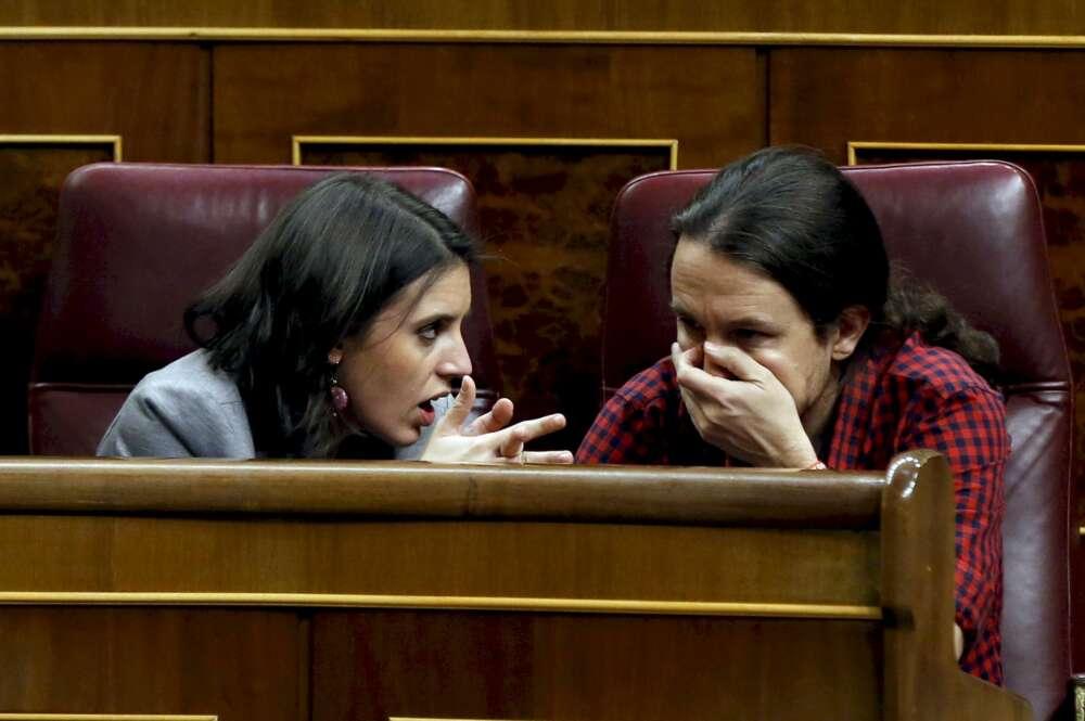 Imagen de archivo de Pablo Iglesias e Irene Montero conversando en el hemiciclo./ Efe
