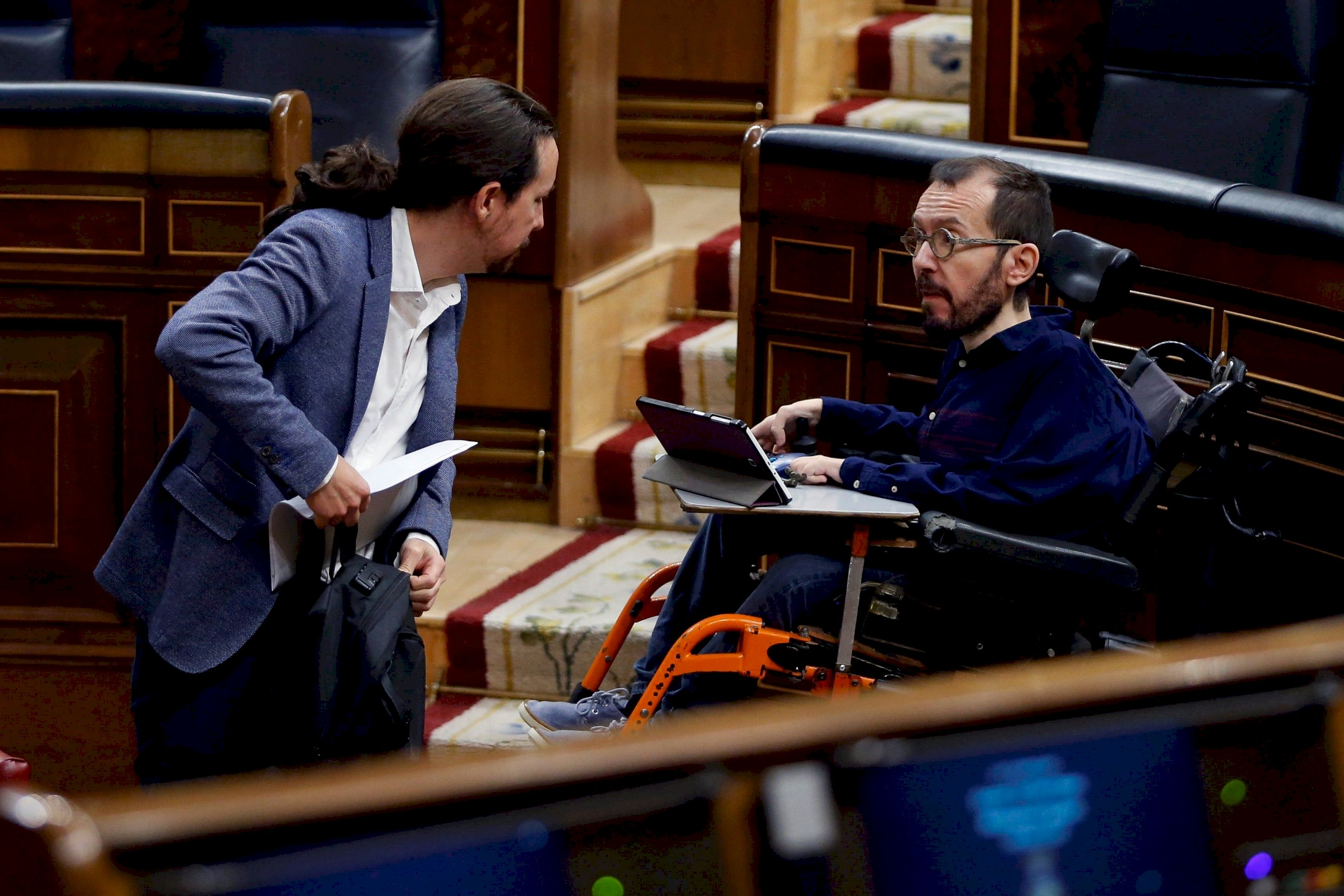 El vicepresidente segundo del Gobierno, Pablo Iglesias (i) conversa con el diputado de Unidas Podemos Pablo Echenique (d) durante el pleno celebrado en el Congreso