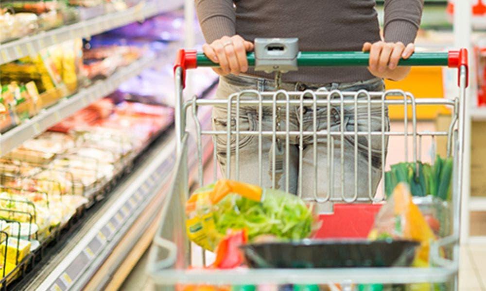 El consumo remonta pero no se recuperará hasta la segunda mitad de 2022. En la imagen, un carro de la compra.