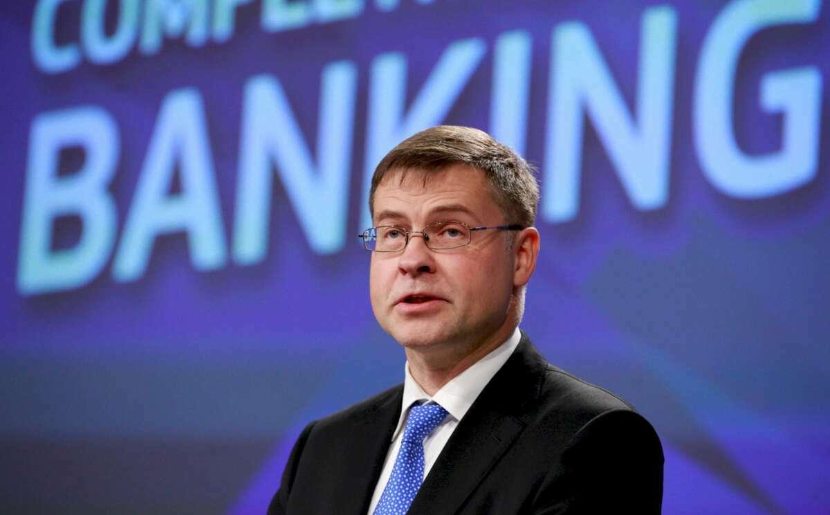 El vicepresidente de la Comisión Europea (CE), Valdis Dombrovskis, en la rueda de prensa de este miércoles en Bruselas (Bélgica). EFE/ Olivier Hoslet