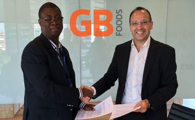 Ignasi Ricou (d), consejero delegado de GB Foods, y Abou Fofana (i), socio de la compañía en Costa de Marfil.