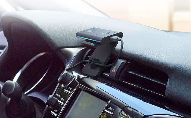 Amazon Echo Auto colocado en el soporte para la salida de ventilación del vehículo. Amazon