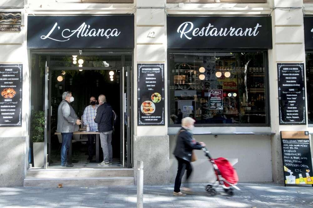 Un bar cerrado al público en el Poblenou de Barcelona, en Cataluña, donde a partir del 16 de octubre de 2020 se han cerrado los bares y restaurantes   EFE/MP/Archivo