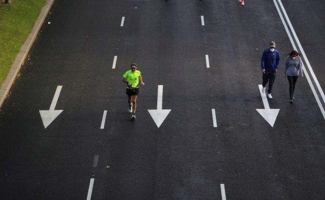 Varias personas paseando o haciendo deporte en el Paseo de la Castellana el pasado mayo | EFE/JJM/Archivo