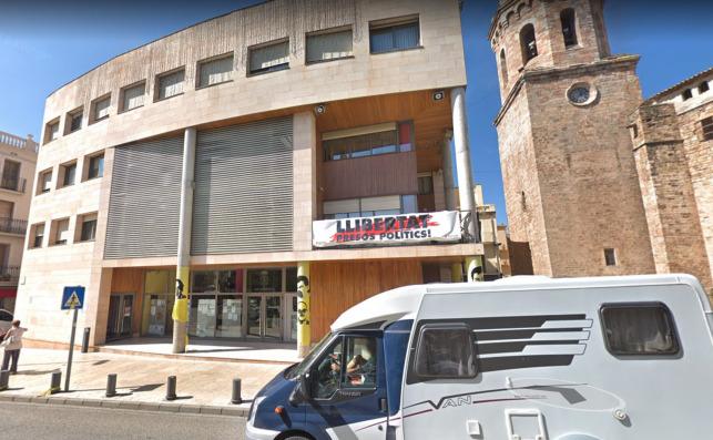 Fachada del ayuntamiento de Tremp, donde se aprecian carteles e imágenes a favor de los políticos presos condenados por sedición / Google Maps