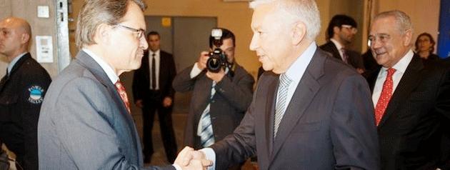 El presidente de la Generalitat, Artur Mas, saluda al de CECOT, Antoni Abad