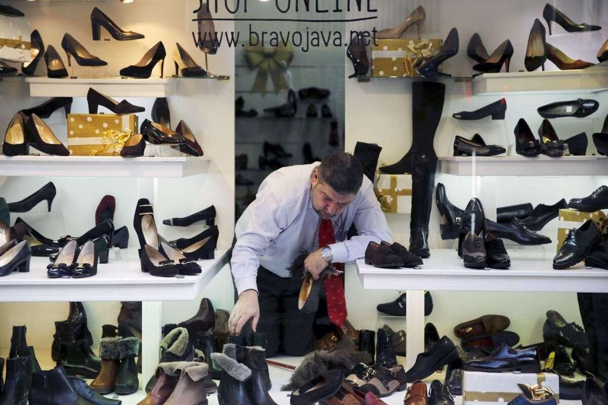 Un dependiente coloca zapatos en un escaparate de Madrid, el 21 de diciembre de 2015. REUTERS/Marcelo del Pozo