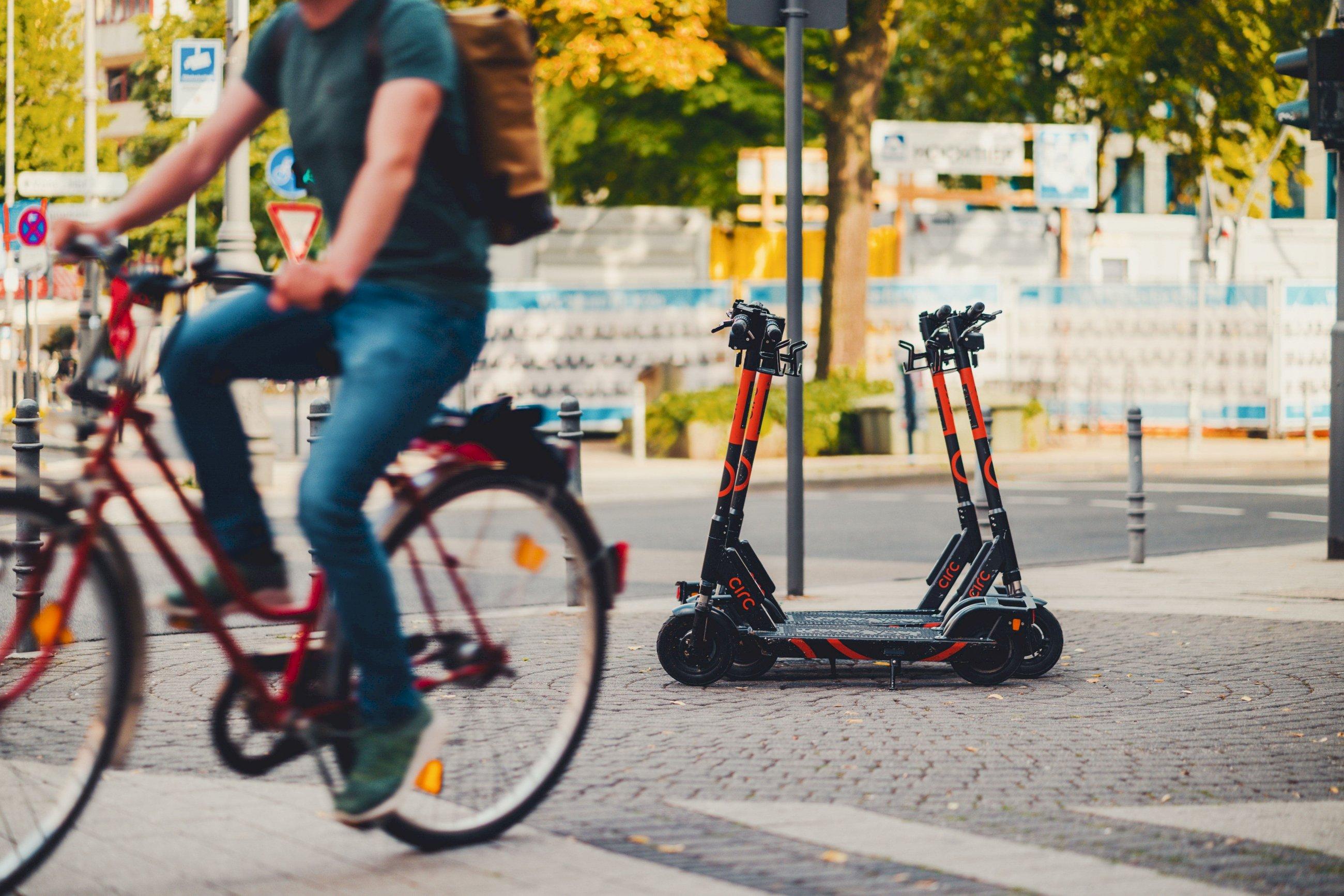 La desescalada dispara la demanda de bicis y patinetes eléctricos