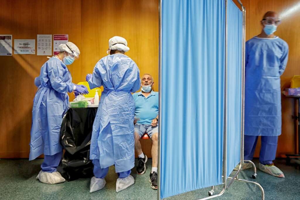 Personal sanitario realiza pruebas PCR masivas en Vilafranca del Penedès (Barcelona). EFE/ Susanna Sáez/Archivo