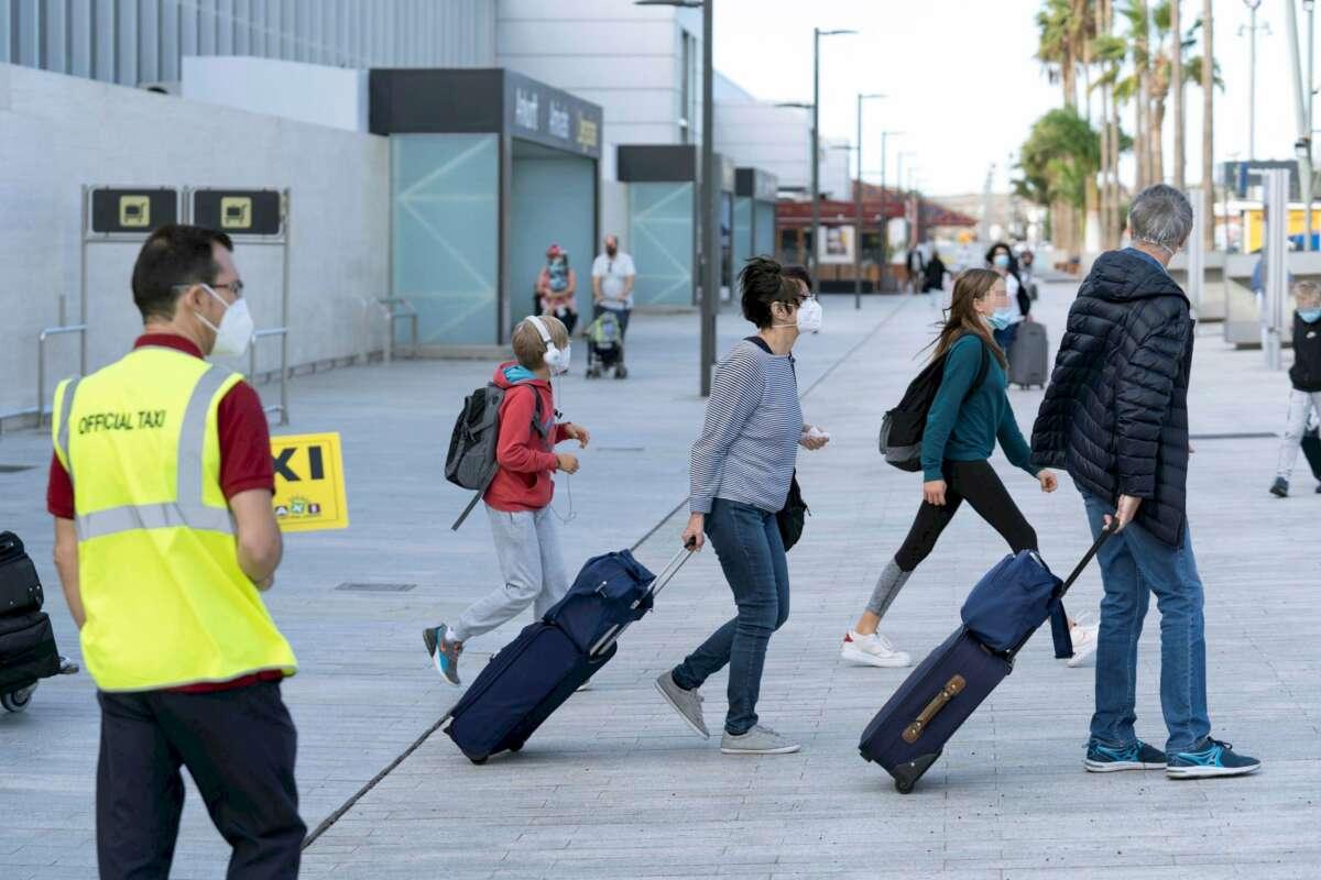 Llegada de turistas al aeropuerto de Tenerife Sur, el 24 de octubre de 2020. Un control fronterizo temprano habría ayudado a frenar la primera ola de Covid-19 en España, según un informe del Instituto de Biomedicina de Valencia | EFE/MB/Archivo