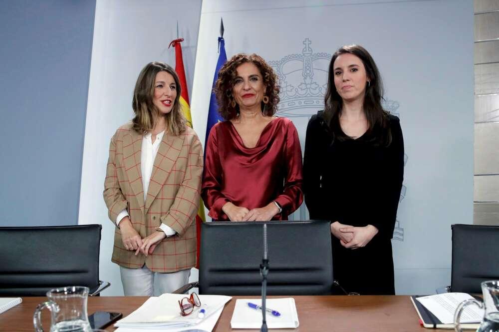 Las ministras Yolanda Díaz (Trabajo), María Jesús Montero (Hacienda) e Irene Montero (Igualdad) en la rueda de prensa posterior al consejo de ministros del 18 de febrero de 2020. Foto: EFE/JCH