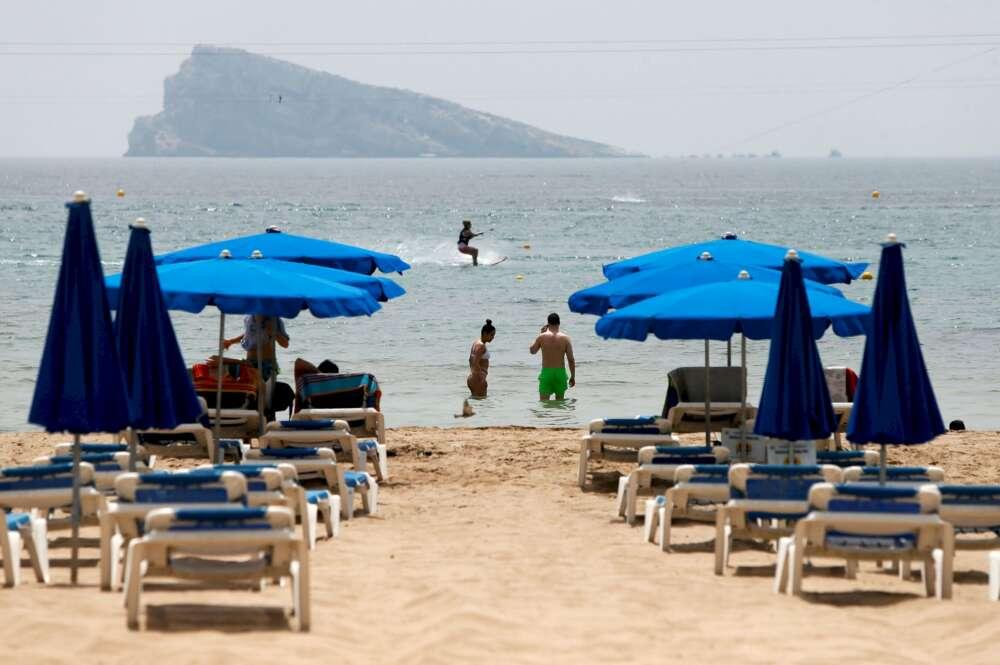Hamacas vacías en la playa de Benidorm, una de las zonas más afectadas por la caída del turismo internacional  EFE/ML/Archivo