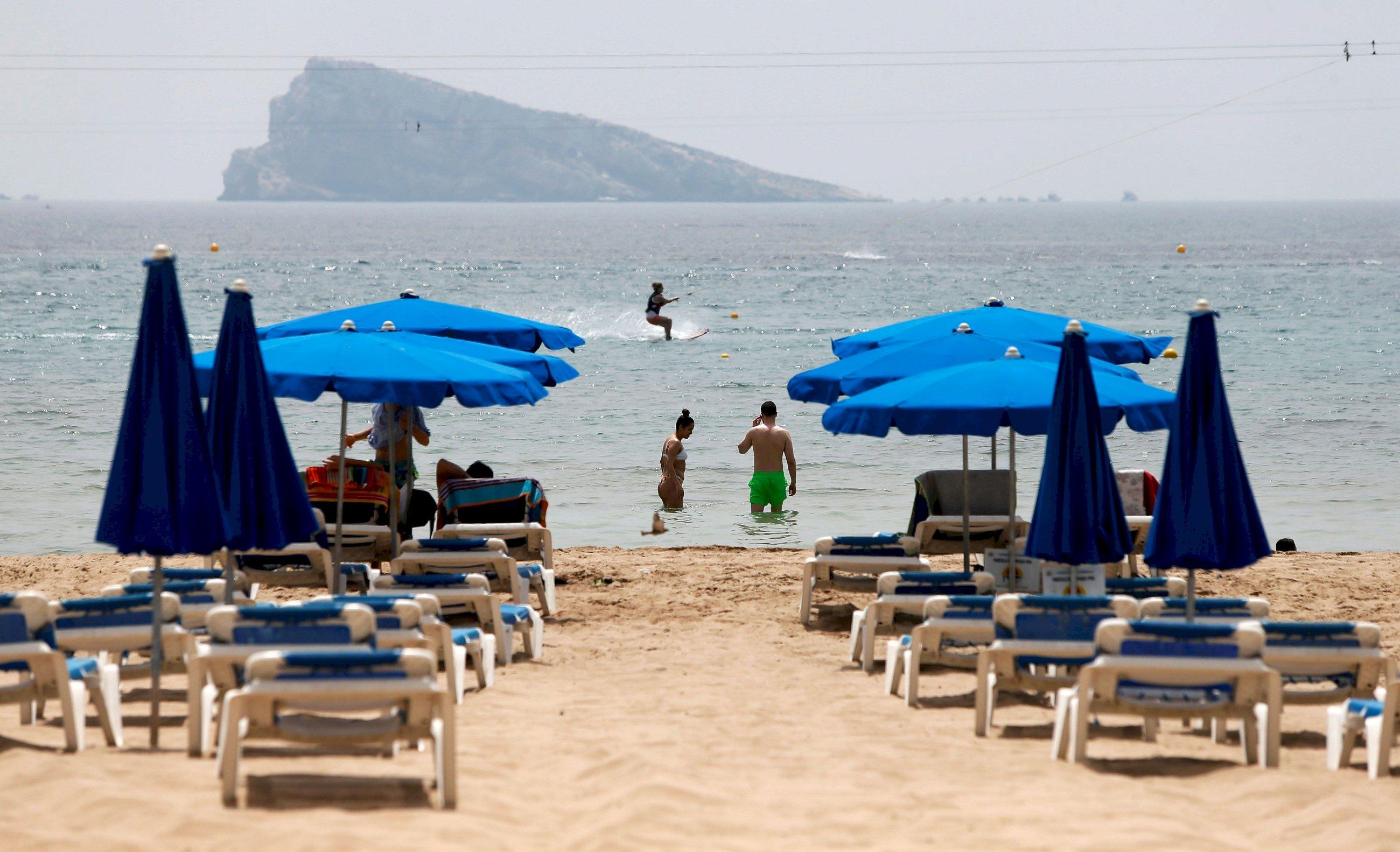 Hamacas vacías en la playa de Benidorm, una de las zonas más afectadas por la caída del turismo internacional| EFE/ML/Archivo