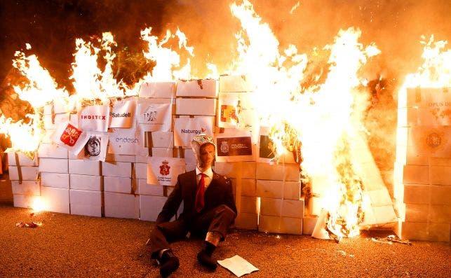 Los CDR queman un retrato del Rey Felipe VI en una manifestación por la Diada del 11 de septiembre de 2020 | EFE/QG