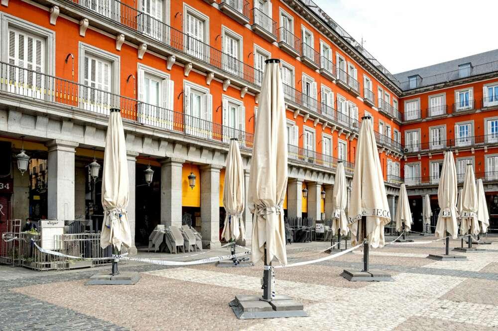 La Plaza Mayor de Madrid, con las terrazas precintadas para evitar la propagación del coronavirus / EFE