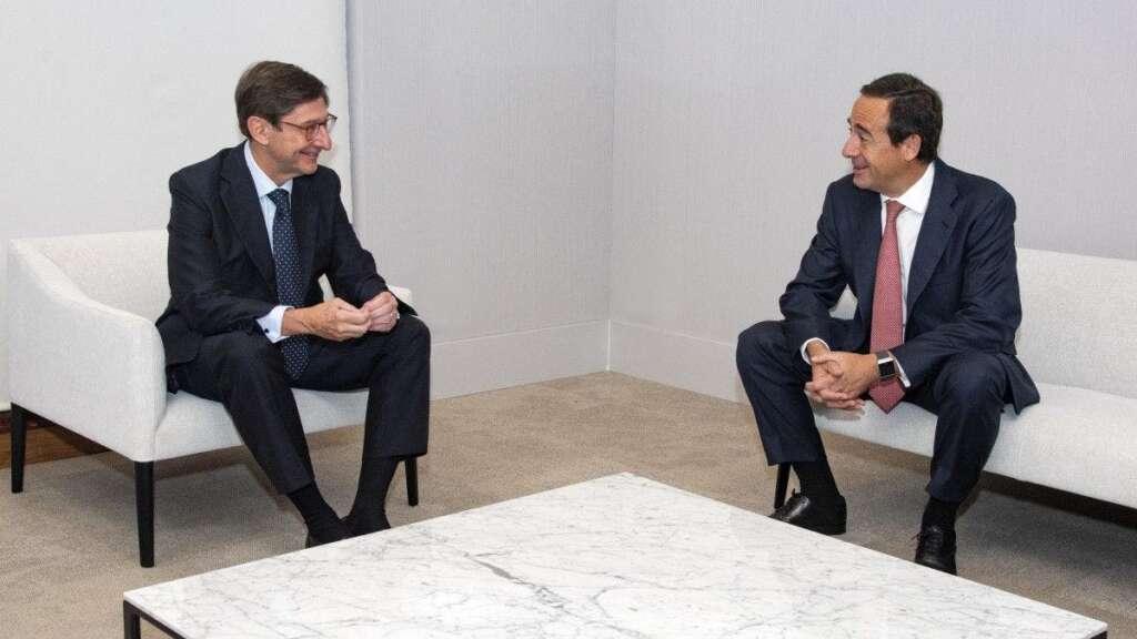 El presidente de Bankia, José Ignacio Goirigolzarri, y el consejero delegado de Caixabank, Gonzalo Gortázar, en la reunión para cerrar la fusión.