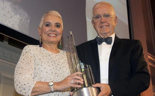 Salvador Tous y su esposa Rosa Oriol, tras recibir un premio de la Cámara de Comercio España-Etados Unidos, en octubre de 2016, en Nueva York. EFE/Miguel Rajmil