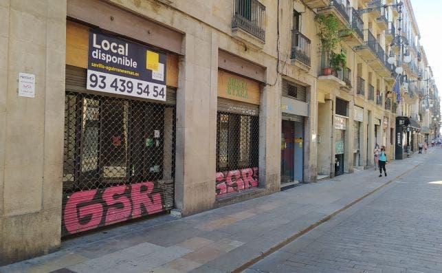 La mitad de los establecimientos de la calle Ferran de Barcelona están cerrados. Esta calle tiene su inicio en la plaza Sant Jaume, centro del poder catalán con las sedes de la Generalitat y el Ayuntamiento. /ED