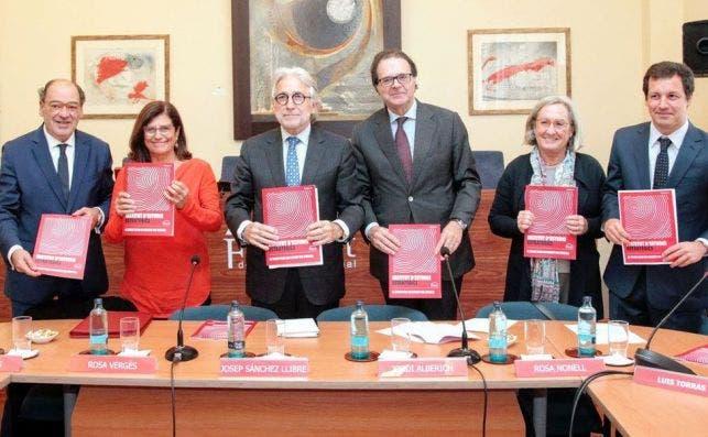 Josep Sánchez Llibre y Jordi Alberich, en el centro de la imagen, en la presentación del primer informe del Instituto de Estudios Estratégicos, el think tank de la patronal Foment del Treball. / FTN