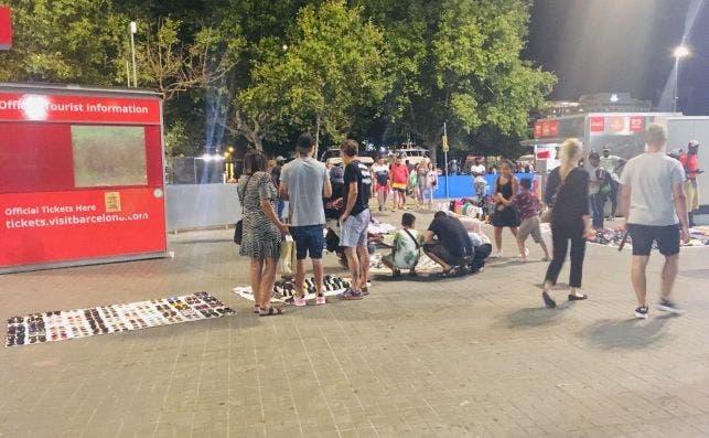 Manteros en Barcelona, el miércoles 31 de julio, una vez iniciado el dispositivo policial contra la venta ambulante ilegal. Foto: ED