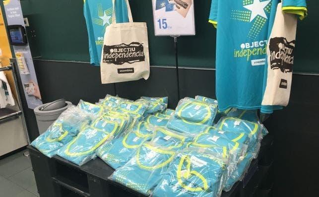 Camisetas de la ANC para la Diada a la venta en un supermercado Bon Preu. Foto: ED