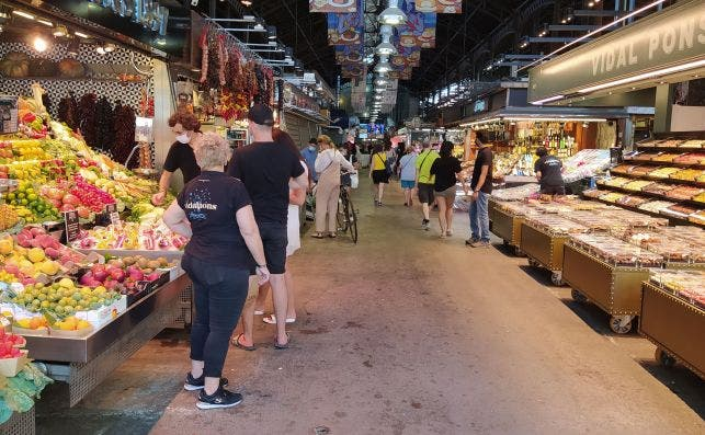 Pasillo central del mercado de la Boqueria. La imagen corresponde a la mañana del pasado miércoles, sin las aglomeraciones habituales de turistas de otros veranos. /ED
