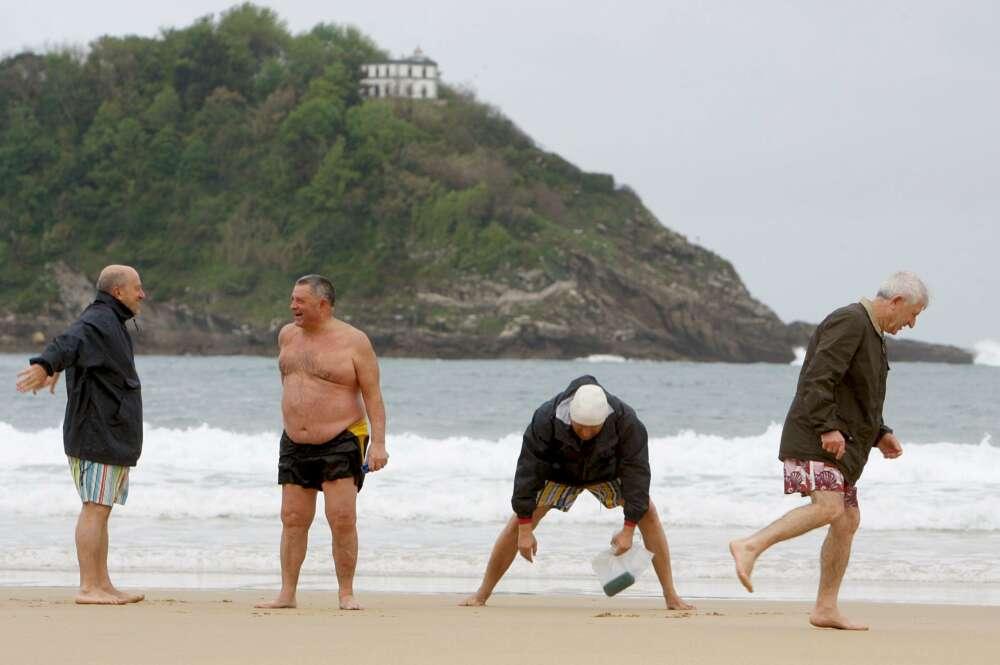 El patrimonio de los planes de pensiones crece en agosto un 13%. En la imagen, pensionistas disfrutando de su tiempo libre./ EFE
