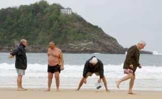 En la foto, un grupo de jubilados en la playa de la Concha de San Sebastián. Foto: Efe/Juan Herrero