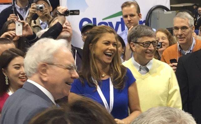 Kathy Ireland, Warren Buffett and Bill Gates at the 2015 Berkshire Hathaway Shareholders Meeting